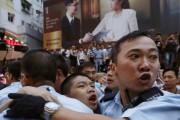 Un manifestant prodémocratie blessé est escorté par des... (PHOTO BOBBY YIP, REUTERS) - image 3.1