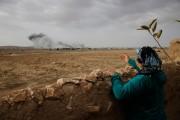 Une femme turque regarde le nuage de fumée... (PHOTO LEFTERIS PITARAKIS, ARCHIVES AP) - image 2.0