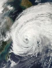 Le puissant typhon Vongfong a frappé lundi le... (Photo NASA, AFP) - image 1.0