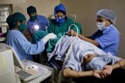 La Dre Nayana Patel transfère un embryon à... (PHOTO DAVID BOILY, LA PRESSE) - image 3.0