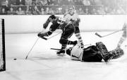 Marcel Bonin marque ici contre les Maple Leafs... (PHOTO ROGER ST-JEAN, ARCHIVES LA PRESSE) - image 1.0