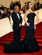 Oscar de la Renta et Penelope Cruz.... (Photo TIMOTHY A. CLARY, AFP) - image 2.1