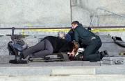 Une femme a porté assistance au soldat atteint... (PHOTO WAYNE CUDDINGTON/POSTMEDIA NEWS) - image 1.0