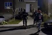 La police devant la maison des parents du... (PHOTO OLIVIER JEAN, LA PRESSE) - image 1.0