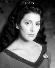 Le décolleté du costume de Deanna Troi avait... - image 1.0