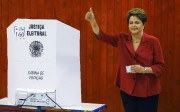 Dilma Rousseff a déposé son bulletin de vote... (Photo: Reuters) - image 2.0