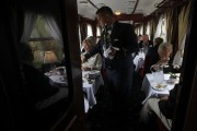 Un train de grand luxe transportant des touristes... (Photo BERNADETT SZABO, Reuters) - image 1.0