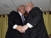 Rob Ford (à droite) console son frère Doug... (La Presse Canadienne) - image 1.0