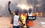 Des manifestants protestent dans les rues de Ouagadougou... (Agence France-Presse) - image 1.0