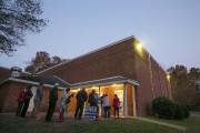 Des électeurs font la file avant l'ouverture des... (PHOTO CHRIS KEANE, REUTERS) - image 2.0
