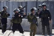 Les policiers israéliens qui ont répliqué par des... (PHOTO MAJDI MOHAMMED, AP) - image 4.0