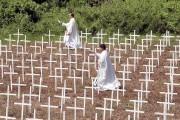 Des prêtres catholiques ont aspergé d'eau bénite les... (AP, Bullit Marquez) - image 1.0