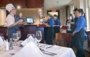 Le chef explique le menu aux étudiants responsables... (Le Soleil, Jean-Marie Villeneuve) - image 1.1