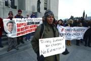 Des personnes s'étaient rassemblées devant la Cour suprême... (PHOTO SEAN KILPATRICK, LA PRESSE CANADIENNE) - image 1.0