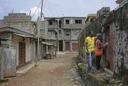 Des volontaires font du porte-à-porte dans un quartier... (PHOTO THE NEW YORK TIMES) - image 1.1