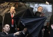 Des gardes de sécurité ont déployé de grands... (Photo Petr David Josek, AP) - image 1.0