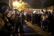La police de Ferguson a lancé du gaz lacrymogène pour disperser les... (AFP) - image 2.0