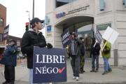 Des travailleurs ont manifesté devant le bureau du... (Photo: Sylvain Mayer Le Nouvelliste) - image 2.0