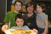 Marjolaine Rondeau avec ses trois enfants de 11,... (Le Soleil, Yan Doublet) - image 2.0