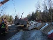Un camion transportant des matériaux de construction a... (La Tribune, Charles Beaudoin) - image 1.0