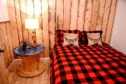 Cette chambre du sous-sol est chaleureuse et rustique.... (Le Soleil, Erick Labbé) - image 1.0