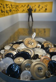 Une installation composée de boutons de verre et... (Le Soleil, Yan Doublet) - image 1.0