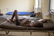Un enfant est traité contre l'Ebola dans un... (PHOTO TANYA BINDRA, ARCHIVES AP) - image 3.0