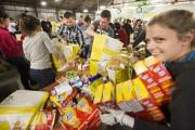 Quelque 300 bénévoles, qui étaient réunis à l'entrepôt... (Photo Robert Skinner, La Presse) - image 1.0