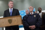Le maire Bill de Blasio (à gauche) et le chef... (PHOTO JOHN MINCHILLO, AP) - image 1.0