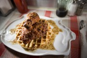 Au Gros Jambon, le poulet frit est servi... (PHOTO: OLIVIER PONTBRIAND LA PRESSE) - image 2.0