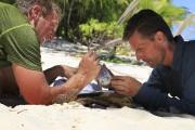 Les sénateurs Jeff Flake et Martin Heinrich dans... (Photo: AP/Discovery Channel) - image 2.0