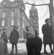 Image tirée de l'exposition 1950, le Québec de... (Vue prise lors d'un défilé militaire sur la Grande Allée, à l'automne 1950.) - image 3.0