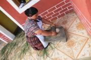 Une femme écrasant le maïs sur une pierre... (Collaboration spéciale Patricia Cloutier) - image 2.0