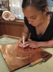 Troisième génération à travailler le cuivre, ici l'artiste... (Photo fournie par Cuivres d'art Albert Gilles) - image 5.0