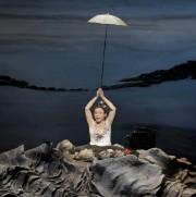 Dans Oh les beaux joursde Samuel Beckett, Catherine... (Photo ArtComArt, Pascal Victor) - image 1.0