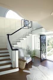 L'escalier se détache sur des murs couleur Mayonnaise... - image 1.0