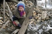 Une femme constate les dégâts causés à sa... (PHOTO MAKIM SHEMETOV, REUTERS) - image 3.0