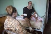 Un homme blessé dans les affrontements est soigné... (PHOTO VADIM BRAYDOV, AP) - image 5.0