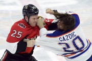 Chris Neil en plein combat avec Luke Gazdic.... (Sean Kilpatrick, La Presse Canadienne) - image 2.0