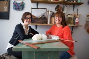 Karèle et JordanneBellavance, qui fabriquent des tapisseries murales... (PHOTO OLIVIER PONTBRIAND, LA PRESSE) - image 3.0