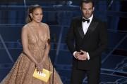 L'acteur Chris Pine présentant un prix avec la... (Photo AP) - image 6.1