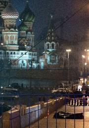 Boris Nemtsov se promenait avec une jeune femme... (PHOTO DMITRY SERERYAKOV, AFP) - image 1.0