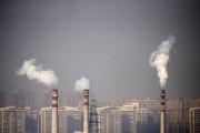Des cheminées rejettent de la fumée à proximité... (PHOTO PETAR KUJUNDZIC, ARCHIVES REUTERS) - image 5.0