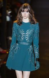 La femme Nina Ricci s'habille de paillettes... (PHOTO CHARLES PLATIAU, REUTERS) - image 3.0