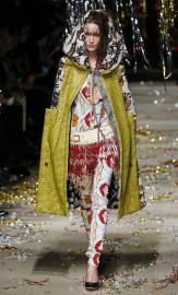 La femme Nina Ricci s'habille de paillettes et de... (PHOTO PATRICK KOVARIK, AFP) - image 4.0