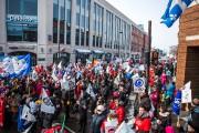 Les manifestants se sont brièvement arrêtés devant les... (Photo: Olivier Croteau) - image 1.0