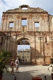 Des touristes passent devant les ruines du couvent... (Photo Marie-Eve Morasse, La Presse) - image 1.0