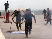 Les nouveaux soldats ont paradé et sauté à... (PHOTO SAFIN HAMED, AFP) - image 1.0