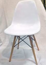 Une copie de la célèbre chaise Eames. Prix... (Le Soleil, Jean-Marie Villeneuve) - image 4.1