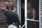 Un policier du comté de St. Louis s'entretient,... (PHOTO KATE MUNSCH, REUTERS) - image 1.0